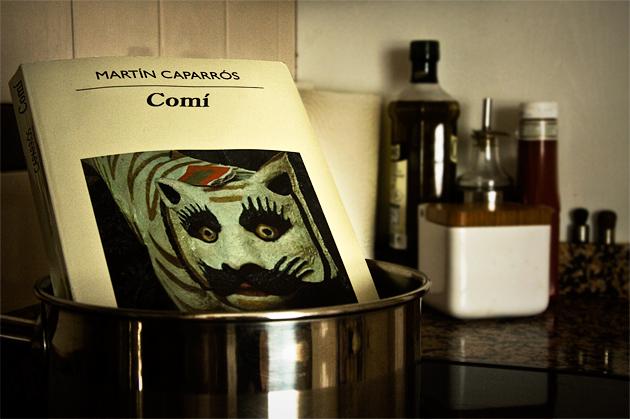 Comí (Anagrama), del argentino Martín Caparrós es un libro a ratos novela, a ratos ensayo y autobiografía, que narra el debate existencial de un hombre a las puertas de la vejez que se dice fracasado, rendido a la vida y su futilidad