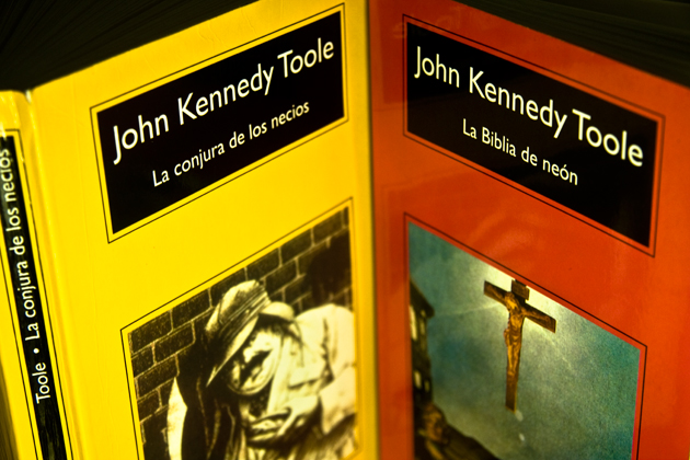 kennedy_toole_conjura_necios_biblia_neon_anagrama